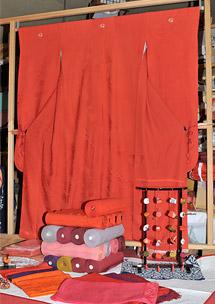 紅花染めの着物と反物の写真