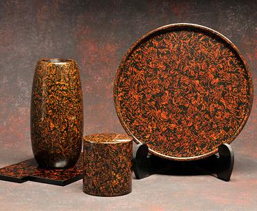 磯草塗のお盆、花器、茶筒の写真