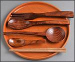 丸盆、スプーン、フォーク、箸の写真