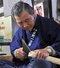 一刀で彫る、工人(笹野彫実演写真)