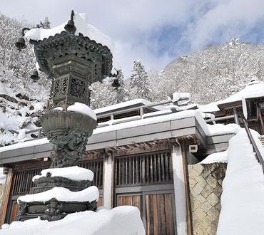 立石寺の金灯籠の写真