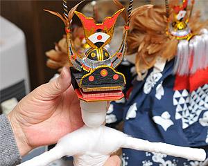 人形製作作業の写真