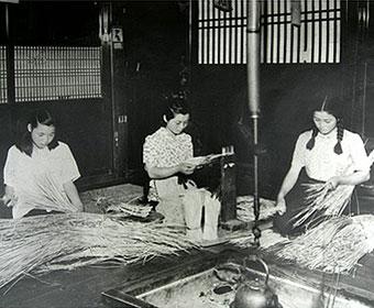 各家庭で草履を作っていた昭和初期頃の写真