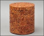 桃の実工芸品丸盆と茶道具の写真