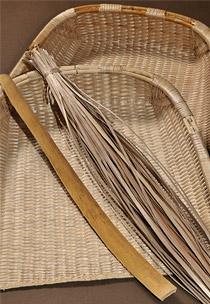箕の材料と完成品の写真