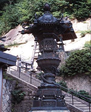 山寺奥の院「金灯籠」の写真
