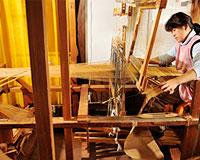 織り作業の写真