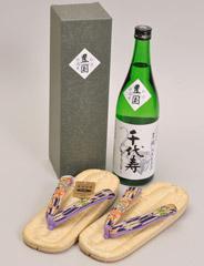 日本酒「千代寿」と草履の写真