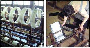 板に糸を巻き付ける作業の写真