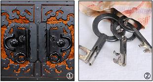 箪笥下台の両前扉と鍵の写真
